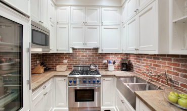 07-brick-backsplash-design-for-kitchens-homebnc
